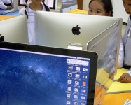 school-students-using-apple-mac