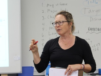 Mira Costa English teacher Shawn Chen directs her students on an assignment. MBUTA discussed new changes on October 4 for this school year.
